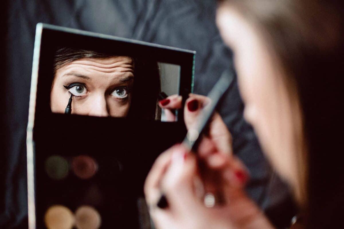 Abgelaufenes Make-up schadet den Augen
