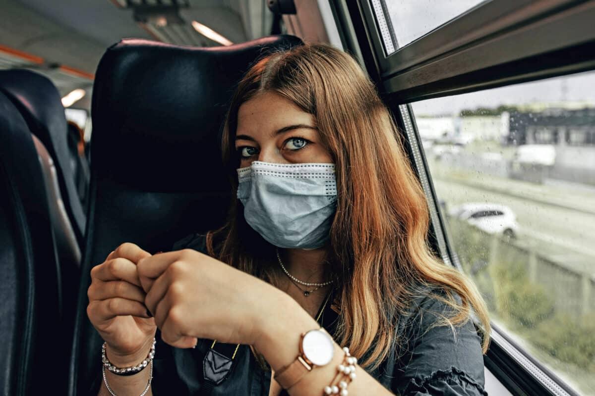 Bahnfahren mit Maske und Kontaktlinsen