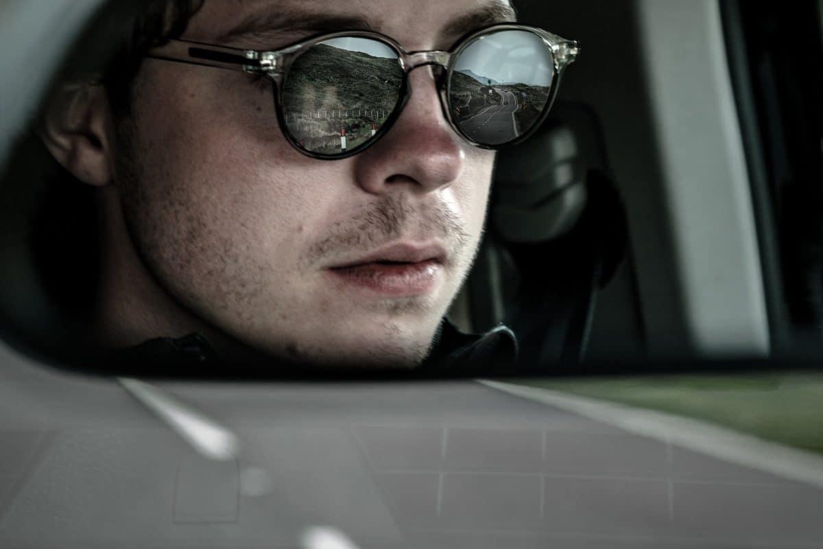 Kontaktlinsen und Sonnenbrille beim Autofahren (Führerschein Kontrolle)