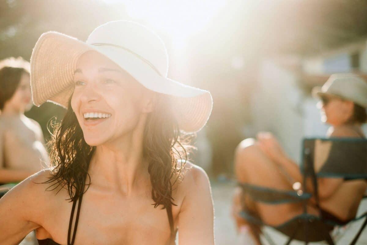 Ohne Sonnenbrille in die Sonne – kein Sonnenschutz fürs Auge